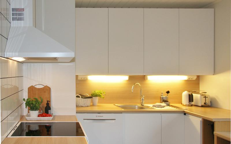 Valkoinen remontoitu keittiö